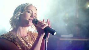 Πορτρέτο μιας νέας γυναίκας που τραγουδά στο καπνώές στάδιο φιλμ μικρού μήκους