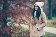Πορτρέτο μιας νέας γυναίκας που φορά ένα παλτό και ένα καπέλο στοκ εικόνες