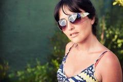 Πορτρέτο μιας νέας γυναίκας που φορά τα γυαλιά ηλίου Στοκ φωτογραφίες με δικαίωμα ελεύθερης χρήσης