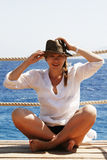 Πορτρέτο μιας νέας γυναίκας σε ένα καπέλο αχύρου στη θάλασσα Στοκ Εικόνα