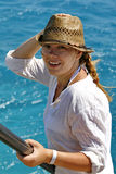 Πορτρέτο μιας νέας γυναίκας σε ένα καπέλο αχύρου στη θάλασσα Στοκ εικόνες με δικαίωμα ελεύθερης χρήσης