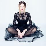 Πορτρέτο μιας νέας γυναίκας σε ένα μαύρο φόρεμα δαντελλών Στοκ Εικόνες