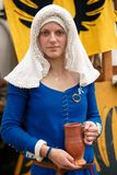 Πορτρέτο μιας νέας γυναίκας σε ένα μπλε φόρεμα στοκ εικόνα