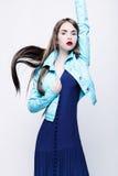 Πορτρέτο μιας νέας γυναίκας σε ένα μπλε φόρεμα Στοκ Φωτογραφίες