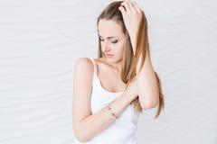 Πορτρέτο μιας νέας γυναίκας Σκεπτικός, μελέτη, στοχαστική Στοκ Φωτογραφία