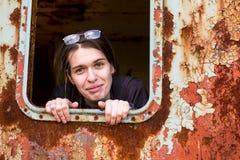 Πορτρέτο μιας νέας γυναίκας στη βιομηχανική ζώνη Στοκ φωτογραφίες με δικαίωμα ελεύθερης χρήσης