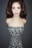 Πορτρέτο μιας νέας γυναίκας στο εκλεκτής ποιότητας φόρεμα. Στοκ φωτογραφία με δικαίωμα ελεύθερης χρήσης