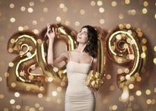 Πορτρέτο μιας νέας γυναίκας στο nude φόρεμα s κάτω από το boke που έχει τη διασκέδαση με το χρυσό μπαλόνι του 2019 στοκ φωτογραφία με δικαίωμα ελεύθερης χρήσης