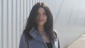 Πορτρέτο μιας νέας γυναίκας brunette υπαίθριας στην οδό Τα κύματα αέρα εύκολα η τρίχα της απόθεμα βίντεο