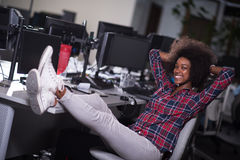 Πορτρέτο μιας νέας επιτυχούς γυναίκας αφροαμερικάνων σε σύγχρονο Στοκ εικόνες με δικαίωμα ελεύθερης χρήσης