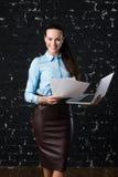 Πορτρέτο μιας νέας επιχειρησιακής γυναίκας που εξετάζει τη κάμερα στοκ φωτογραφία