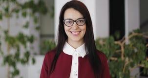 Πορτρέτο μιας νέας επιχειρησιακής γυναίκας που φορά τα γυαλιά απόθεμα βίντεο