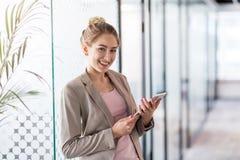 Πορτρέτο μιας νέας επιχειρησιακής γυναίκας σε ένα γραφείο στοκ φωτογραφία
