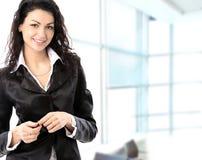 Πορτρέτο μιας νέας επιχειρησιακής γυναίκας σε ένα γραφείο στοκ εικόνες