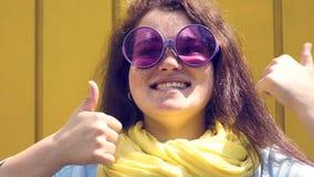Πορτρέτο μιας νέας ευτυχούς γυναίκας εύθυμη κινηματογράφηση σε πρώτο πλάνο χαμόγελου φιλμ μικρού μήκους