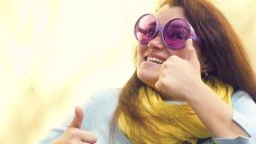 Πορτρέτο μιας νέας ευτυχούς γυναίκας εύθυμη κινηματογράφηση σε πρώτο πλάνο χαμόγελου απόθεμα βίντεο