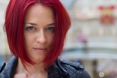 Πορτρέτο μιας νέας κοκκινομάλλους γυναίκας λ στοκ εικόνες