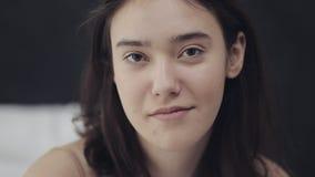 Πορτρέτο μιας νέας λεσβιακής συνεδρίασης γυναικών στο κρεβάτι και της απόθεμα βίντεο