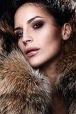 Πορτρέτο μιας νέας πρότυπης φορώντας γούνας μόδας Στοκ Φωτογραφίες