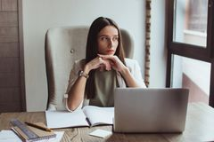 Πορτρέτο μιας νέας συνεδρίασης επιχειρηματιών με το lap-top της στο γραφείο στοκ εικόνα με δικαίωμα ελεύθερης χρήσης