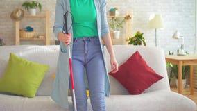 Πορτρέτο μιας νέας τυφλής με ειδικές ανάγκες γυναίκας με έναν κάλαμο για τον τυφλό απόθεμα βίντεο
