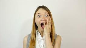 Πορτρέτο μιας νέας όμορφης γυναίκας Εκφοβισμένη χειρονομία απόθεμα βίντεο