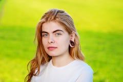 Πορτρέτο μιας νέας όμορφης γυναίκας με τις ξύλινες σήραγγες στο ε της Στοκ φωτογραφία με δικαίωμα ελεύθερης χρήσης
