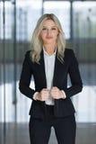 Πορτρέτο μιας νέας όμορφης επιχειρηματία, φωτεινό θολωμένο υπόβαθρο στοκ φωτογραφίες με δικαίωμα ελεύθερης χρήσης