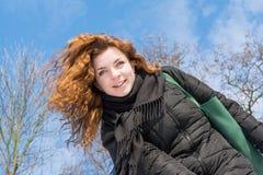 Πορτρέτο μιας νέας όμορφης κόκκινης τρίχας που χαμογελά το ευρωπαϊκό κορίτσι στη χειμερινή εποχή Στοκ Εικόνες
