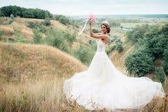 Πορτρέτο μιας νέας όμορφης νύφης σε ένα υπόβαθρο μιας πανέμορφης άποψης του ποταμού και των τομέων Στοκ εικόνα με δικαίωμα ελεύθερης χρήσης