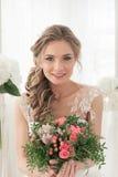 Πορτρέτο μιας νύφης με μια ανθοδέσμη των λουλουδιών Στοκ Φωτογραφία