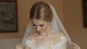 Πορτρέτο μιας νύφης σε ένα γαμήλιο φόρεμα Τα φορέματα νυφών στο ξενοδοχείο βίντεο νύφη ευτυχής απόθεμα βίντεο