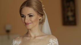 Πορτρέτο μιας νύφης σε ένα γαμήλιο φόρεμα Τα φορέματα νυφών στο ξενοδοχείο βίντεο νύφη ευτυχής φιλμ μικρού μήκους