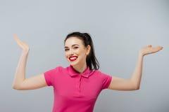 Πορτρέτο μιας ξένοιαστης νέας γυναίκας που χαμογελά, ρόδινο πόλο Στοκ Εικόνα