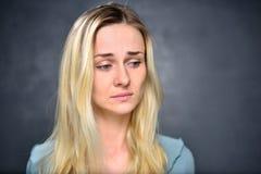 Πορτρέτο μιας ξανθής, απογοητευμένης γυναίκας κοριτσιών, κινηματογράφηση σε πρώτο πλάνο Στοκ εικόνα με δικαίωμα ελεύθερης χρήσης