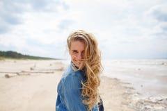 Πορτρέτο μιας ξανθής γυναίκας στην παραλία στοκ εικόνες