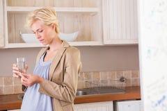Πορτρέτο μιας ξανθής εγκυμοσύνης που παίρνει μια βιταμίνη Στοκ φωτογραφίες με δικαίωμα ελεύθερης χρήσης