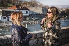 Πορτρέτο μιας ομιλίας δύο γυναικών γέλιου υπαίθριας στοκ φωτογραφία με δικαίωμα ελεύθερης χρήσης