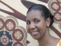 Πορτρέτο μιας ομορφιάς Afro (μέσος-ενήλικη γυναίκα) στοκ εικόνες