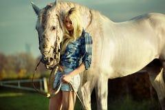 Πορτρέτο μιας ομορφιάς blondie με το άλογο στοκ εικόνα