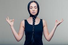 Πορτρέτο μιας περιστασιακής όμορφης γυναίκας που στο γκρίζο υπόβαθρο στοκ εικόνες με δικαίωμα ελεύθερης χρήσης