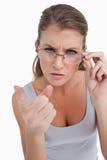 Πορτρέτο μιας σοβαρής γυναίκας με τα γυαλιά που δείχνει στο θεατή Στοκ φωτογραφία με δικαίωμα ελεύθερης χρήσης
