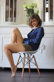 Πορτρέτο μιας συνεδρίασης κοριτσιών στην καρέκλα στοκ φωτογραφία