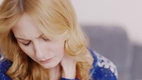 Πορτρέτο μιας λυπημένης νέας καυκάσιας γυναίκας Είναι λυπημένο να σκεφτεί για κάτι απόθεμα βίντεο