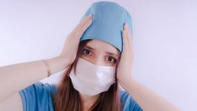 Πορτρέτο μιας φιλικής χαμογελώντας γυναίκας ή μιας νοσοκόμας γιατρών άσπρο ιατρικό σε ομοιόμορφο, που απομονώνεται στο άσπρο υπόβ στοκ εικόνα με δικαίωμα ελεύθερης χρήσης