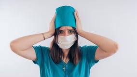 Πορτρέτο μιας φιλικής χαμογελώντας γυναίκας ή μιας νοσοκόμας γιατρών άσπρο ιατρικό σε ομοιόμορφο, που απομονώνεται στο άσπρο υπόβ στοκ εικόνες