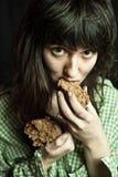 Γυναίκα επαιτών που τρώει το ψωμί Στοκ φωτογραφία με δικαίωμα ελεύθερης χρήσης