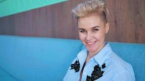 Πορτρέτο μιας χαμογελώντας γυναίκας στο εσωτερικό απόθεμα βίντεο