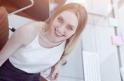 Πορτρέτο μιας χαμογελώντας επιχειρησιακής γυναίκας στο γραφείο επάνω από την όψη στοκ φωτογραφία με δικαίωμα ελεύθερης χρήσης