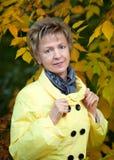 Πορτρέτο μιας χαμογελώντας όμορφης ώριμης γυναίκας Στοκ εικόνα με δικαίωμα ελεύθερης χρήσης
